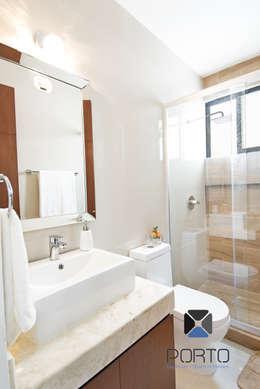 """""""PROYECTO LDZ26"""": Baños de estilo  por PORTO Arquitectura + Diseño de Interiores"""