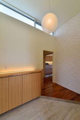 1階玄関: プラソ建築設計事務所が手掛けた廊下 & 玄関です。