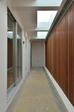 1階ドライエリア: プラソ建築設計事務所が手掛けたベランダです。