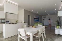 Salas / recibidores de estilo moderno por DFG Architetti