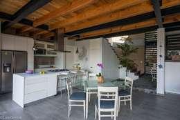 Comedor cocina y vestíbulo escalera: Cocinas de estilo moderno por arquitecturalternativa