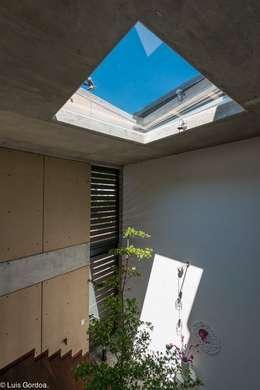 Tragaluz escalera: Ventanas de estilo  por arquitecturalternativa