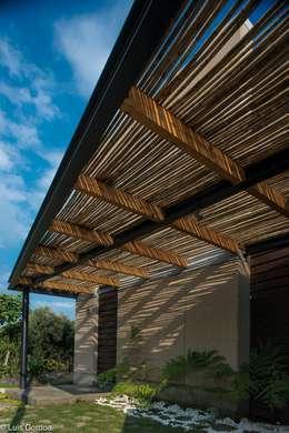 Pergola ingreso: Casas de estilo moderno por arquitecturalternativa