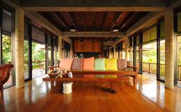 Livings de estilo rural por บริษัท สถาปนิกชุมชนและสิ่งแวดล้อม อาศรมศิลป์ จำกัด