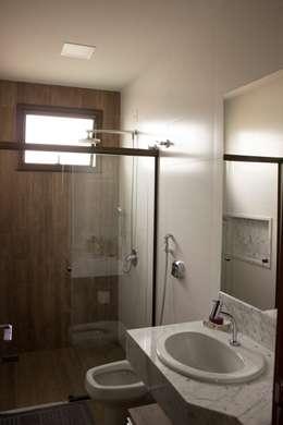 Baños de estilo minimalista de Pz arquitetura e engenharia