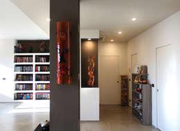 Projekty,  Korytarz, przedpokój zaprojektowane przez Studio 06