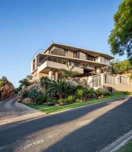 Home on a hill: modern Houses by FRANCOIS MARAIS ARCHITECTS