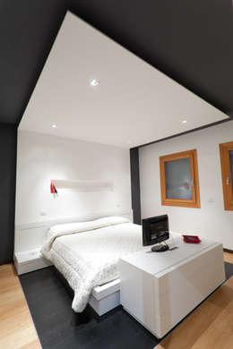 BM HOUSE: Camera da letto in stile in stile Moderno di SANSON ARCHITETTI