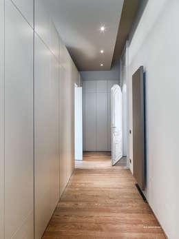 Appartamento in centro storico: Ingresso & Corridoio in stile  di studio antonio perrone architetto