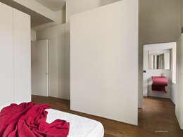 Appartamento in centro storico: Camera da letto in stile in stile Moderno di studio antonio perrone architetto