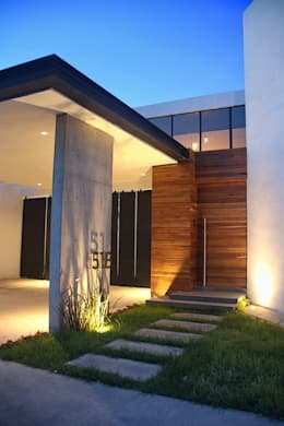 Acceso principal : Casas de estilo industrial por Narda Davila arquitectura