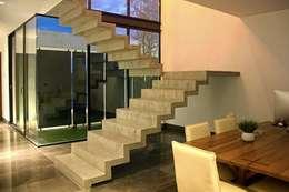 Escalera concreto aparente: Pasillos y recibidores de estilo  por Narda Davila arquitectura