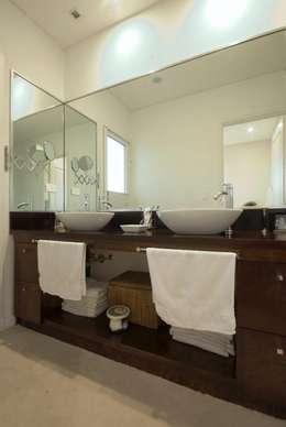 Baño doble: Baños de estilo moderno por CIBA ARQUITECTURA