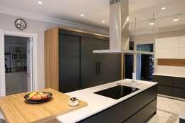 Cocinas de estilo moderno por Aykuthall Architectural Interiors
