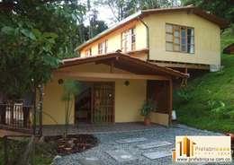 Projekty, rustykalne Domy zaprojektowane przez PREFABRICASA