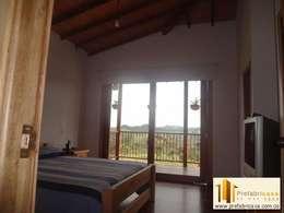 Dormitorios de estilo clásico por PREFABRICASA