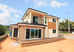 깔끔한 외관과 멋스러운 모임 지붕의 클래식 스타일[경기 용인]: 지성하우징의  주택