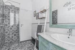 Bagno con piastrelle spagnole a motivo floreale: Bagno in stile in stile Moderno di Facile Ristrutturare