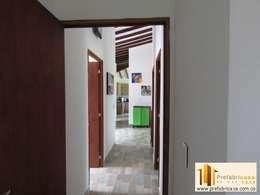 Corridor & hallway by PREFABRICASA