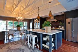 Cocinas de estilo ecléctico por Sphere Design & Architecture