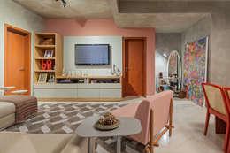 Estar com tv e bar: Salas de estar industriais por Jacqueline Ortega Design de Ambientes