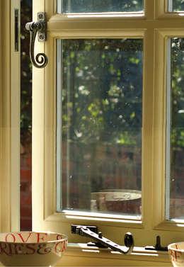 Puertas y ventanas de estilo ecléctico por Clayton Munroe