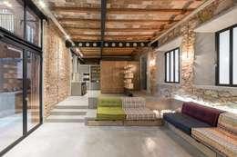 Salas de estar rústicas por N.A. Construcción