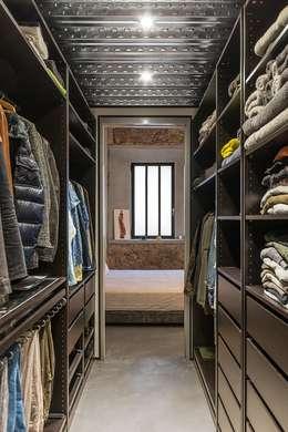 Vestidor vivienda Poble Sec: Vestidores de estilo rústico de N.A. Construcción