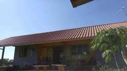 บ้านดอนค้อ :  โรงรถและหลังคากันแดด by Mor Architect
