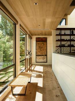 Pasillos y hall de entrada de estilo  por Feldman Architecture