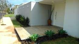 tropical Garden by Eneida Lima Paisagismo