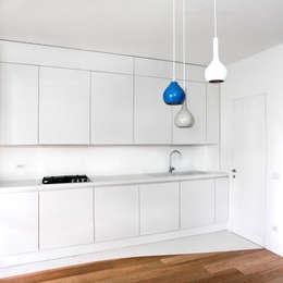 Cocinas de estilo minimalista por OKS ARCHITETTI