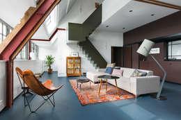 Wonen in een  klaslokaal: moderne Woonkamer door Studio RUIM