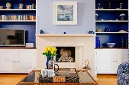 Salas / recibidores de estilo ecléctico por Perfect Stays
