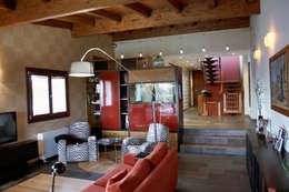 Salas de estilo colonial por Intra Arquitectos