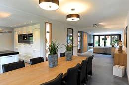 eetgedeelte aan open keuken: moderne Eetkamer door robin hurts architect