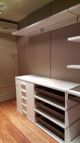 modern Dressing room by Visaespais