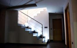ระเบียงและโถงทางเดิน by Intra Arquitectos