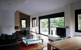 Livings de estilo moderno por Intra Arquitectos