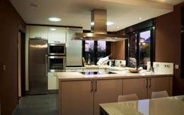 Cocinas de estilo moderno por Intra Arquitectos