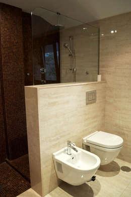 Baños de estilo moderno por Intra Arquitectos