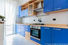 Arredo di bilocale : Cucina in stile in stile Moderno di Vivere lo Stile