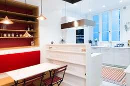 Autour d'une cuisine Dînatoire: Cuisine de style de style Moderne par ATELIER FB