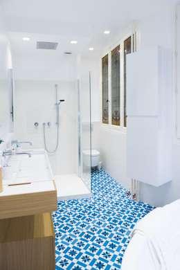 Autour d'une cuisine Dînatoire: Salle de bains de style  par ATELIER FB