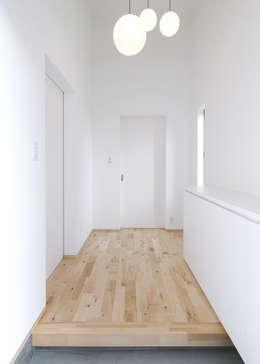 F.Flat+L -共働きのための平屋住宅- : 有限会社アルキプラス建築事務所が手掛けた玄関/廊下/階段です。