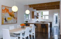Dwell Development - Reclaimed Modern - Interior 8: moderne Esszimmer von Chibi Moku
