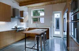 Dwell Development - Reclaimed Modern - Interior 12: moderne Küche von Chibi Moku