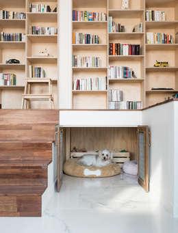 서재 하부의 아이들(반려견)의 공간: 라움플랜 건축사사무소의  서재 & 사무실