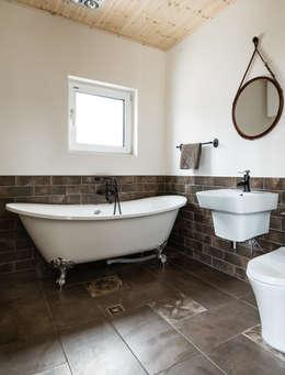 모던한 욕실과 Bathtub: 라움플랜 건축사사무소의  화장실