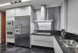 مطبخ تنفيذ Alessandra Contigli Arquitetura e Interiores